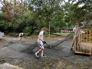 Reinigung der Eishockey Puckfangnetze